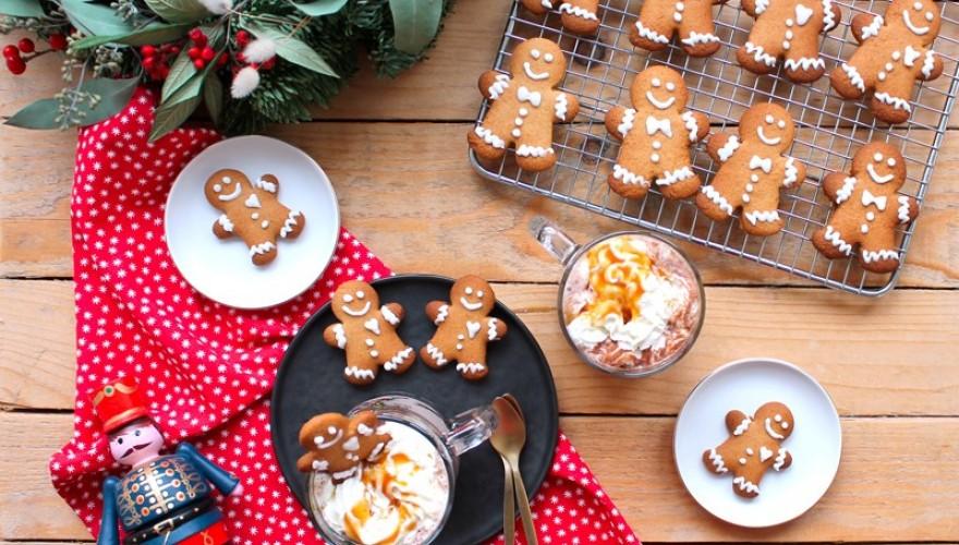 Une fournée de Gingerbread avec un chocolat chaud et un fond d'écran de Noël en cadeau