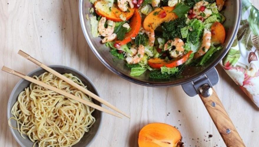 Wok facile et rapide de crevettes, chou vert et kaki