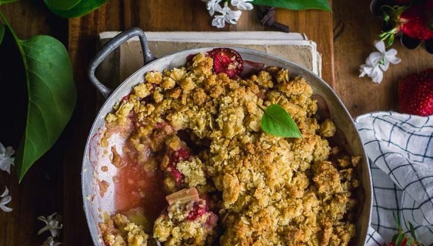 Crumble aux fraises, à la rhubarbe, et à l'huile d'olive