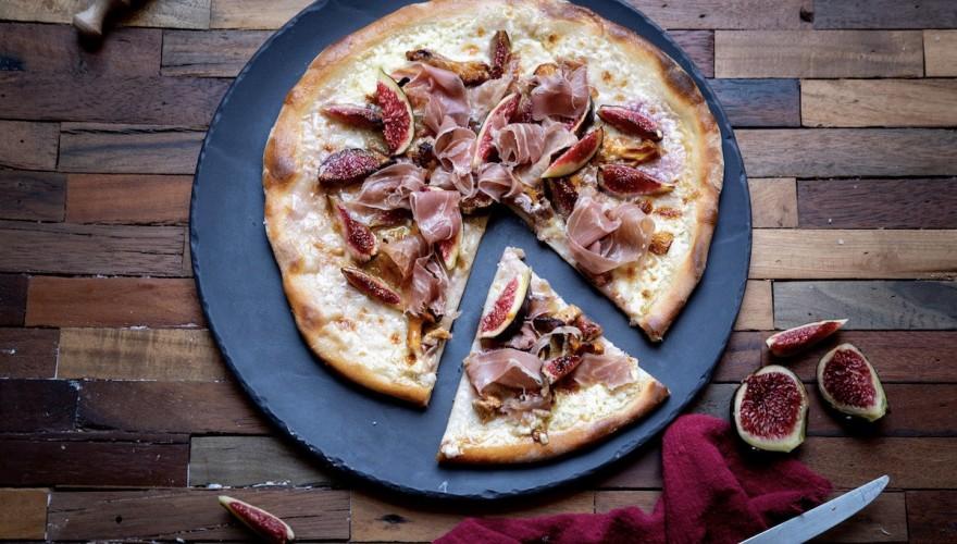 Recette sucré salé avec des figues fraîches : la pizza aux girolles, figues et jambon